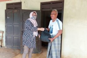 Anggota DPRD Kabupaten Karanganyar, Endang Muryani, menyerahkan bantuan sembako kepada warga di Kecamatan Jumapolo pada Kamis (16/4/2020). (Istimewa)