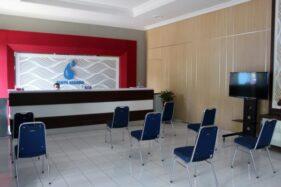 Seorang petugas pelayanan pembayaran tagihan penggunaan air duduk sendirian di ruang pelayanan yang lengang di Kantor PDAM Tirtonegoro Sragen, Selasa (7/4/2020). (Solopos/Tri Rahayu)