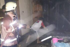 Pemadam Kebakaran Satpol PP Sragen memadamkan api bersama warga di rumah milik Suroto, 60, di Dukuh Gangiwarno RT 009, Desa Mojokerto, Kedawung, Sragen, Selasa (7/4/2020) dinihari. (Istimewa)