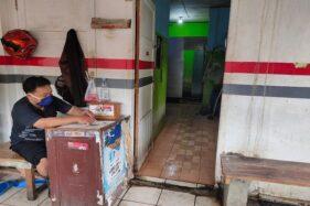 Penjaga WC umum di Pasar Kota Wonogiri, Selasa (7/4/2020). (Solopos/Rudi Hartono)