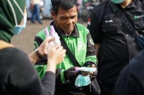 Gojek membagikan masker dan hand sanitizer kepada mitra driver. (Istimewa)