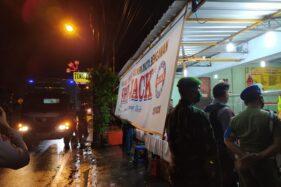 Satpol PP Kota Solo menindak tegas warung makan yang melayani pembeli makan di beberapa warung kawasan Serengan, Selasa (7/4/2020) malam. (Istimewa/Satpol PP Solo)