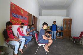 Pelajar mengerjakan tugas menggunakan telepon selular di ruang tamu rumah Sugiyanto di Dusun/Desa Sendang, Kecamatan/Kabupaten Wonogiri yang diubah menjadi seperti kelas, Senin (6/4/2020). (Istimewa/Sugiyanto)