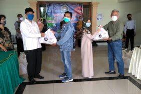 Rektor Universitas Veteran Bangun Nusantara (Univet Bantara) Sukoharjo (kedua dari kiri) menyerahkan bantuan sembako kepada mahasiswa perantau terdampak virus Covid-19 di kampus setempat, Rabu (8/4/2020). (Solopos/Bony Eko Wicaksono)