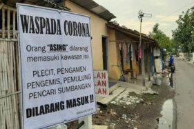 Spanduk berisi penolakan masuknya orang asing terpasang di wilayah Sumpingan, Kadipiro, Banjarsari, Solo, Kamis (2/4/2020). (Solopos/Kurniawan)