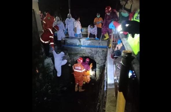 Tim gabungan mengenakan APD lengkap saat mengevakuasi pemancing asal Klaten di bawah Jembatan Bangak RT 001/RW 003, Sine, Sragen Kota, Sragen, Kamis (2/4/2020) malam. (Istimewa/Polsek Sragen Kota)