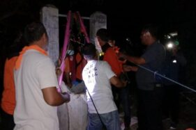 Sejumlah anggota SAR gabungan mengevakuasi pemuda yang tewas di sedalam 25 meter di Dukuh Candi RT 011, Desa Bonagung, Tanon, Sragen, Jumat (3/4/2020). (Istimewa)