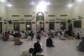 Jemaah mengikuti salat tarawih berjamaah di Masjid Darussalam, Jayengan, Serengan, Solo, Kamis 923/4/2020) malam. (Solopos/Sunaryo Haryo Bayu)