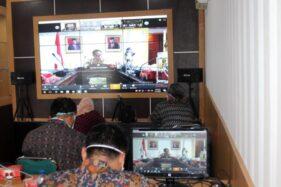 Sejumlah pejabat mengikuti video conference dengan Menteri Dalam Negeri Tito Karnavian di Ruang TI Dinas Komunikasi dan Informatika (Diskominfo) Sragen, Selasa (7/4/2020). (Solopos/Tri Rahayu)
