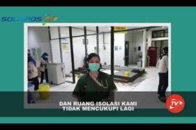 Dokter spesialis paru-paru RSUD dr Moewardi Solo, dr. Ana Rima, menjelaskan proses mengubah ruang rawat pasien TB menjadi ruang isolasi PDP corona, Kamis (2/4/2020). (SoloposTV)