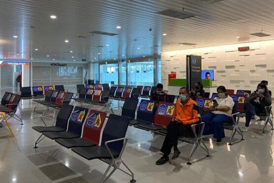 Sejumlah calon penumpang menunggu di ruang tunggu Bandara Internasional Jenderal Ahmad Yani Semarang. (Antara-PT Angkasa Pura I)