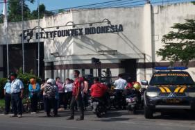 Belasaan karyawan PT Tyfountex Indonesia mendatangi pabrik itu Rabu (13/5/2020) untuk menuntut kejelasan gaji. (Solopos/Ferri Setiawan)