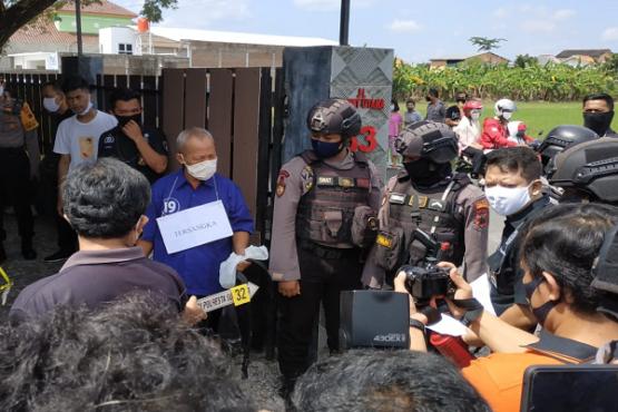 Tersangka pembunuh pria-wanita di Banyuanyar, Banjarsari, Solo (berbaju biru) memperagakan salah satu adegan dalam rekonstruksi pembunuhan di rumah kontrakan di Banjarsari, Solo, Kamis (14/5/2020). (Solopos/Ichsan Kholif Rahman)
