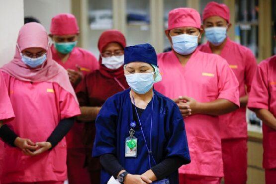 Tenaga medis di RS Persahabatan Jakarta berdoa sebelum menangani pasien virus corona Covid-19, 14 Mei 2020. (Reuters/Willy Kurniawan)