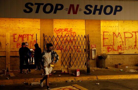 Demonstran meninggalkan pusat perbelanjaan setelah peristiwa penjarahan terjadi di Minneapolis, 30 Mei 2020. (Reuters/Lucas Jackson)