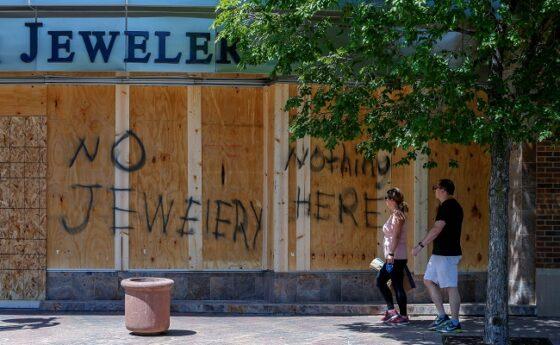 Sejumlah toko dan pusat perbelanjaan diberi tanda agar tak menjadi sasaran amuk masa di tengah kerusuhan aksi protes. (Reuters/Eric Miller)