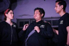 Aji (tengah), salah seorang kru Sara Wijayanto, ketempelan salah satu sosok penghuni vila angker di Kota Jogja, Daerah Istimewa Yogyakarta. (Instagram—diarymisterisara)