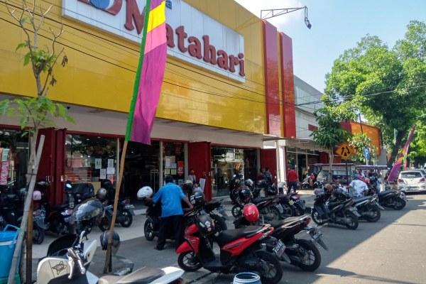 Juru Parkir Pusat Perbelanjaan di Sragen: Gara-Gara Corona, Pengunjung Turun Puol!