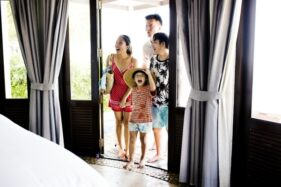 Ilustrasi keluarga menginap di hotel (Freepik)