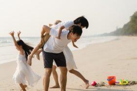 Ilustrasi liburan keluarga di pantai (Freepik)