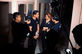 Artis Indigo Sara Wijayanto bersama timnya saat shooting Diary Misteri Sara. (Instagram—diarymisterisara)