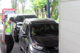 Sejumlah polisi anggota Polres Sragen memeriksa KTP pengemudi mobil dari Jatim yang hendak masuk ke Jateng di pos Jembatan Timbang Toyogo, Sambungmacan, Sragen, Selasa (26/5/2020). (Solopos/Tri Rahayu)