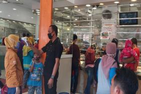Toko Perhiasan Emas Ismoyo Bekonang, Mojolaban, Kabupaten Sukoharjo diserbu pembeli seusai Lebaran pada Jumat (29/5/2020). (Solopos/Indah Septiyaning W.)
