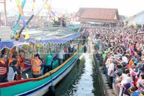 Prosesi pelarungan kepala kerbau dalam Pesta Lomban di Jepara tahun lalu. (murianews.com-Budi Erje)