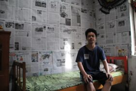 Ghalih Rizky Prayoga, 18, warga Desa Menden, Kecamatan Kebonarum berfoto di kamarnya yang didekorasi menggunakan koran bekas, Minggu (31/5/2020). (Espos/Taufiq Sidik Prakoso)
