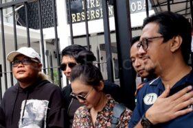 Sule, Parto, Rina Nose, Denny Cagur, dan Andre Taulany, saat mengunjungi Nunung di Lapas. (Suara.com)