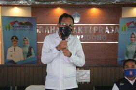 Bupati Ponorogo, Ipong Muchlissoni. dalam acara  penyerahan Bantuan Sosial Tunai (BST) secara simbolis kepada penerima di Kelurahan Banyudono, Kecamatan Ponorogo, Rabu (6/5/2020). (Istimewa/Pemkab Ponorogo)