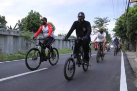 Wali Kota Madiun, Maidi, bersama rombongan bersepeda menuju lokasi proyek untuk mengecek pelaksanaan pekerjaan fisik. Kesempatan bersepedaan itu juga dimanfaatkn Wali Kota untuk memberikan bantuan kepada masyarakat. (Istimewa/Pemkot Madiun)