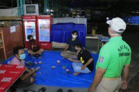 Petugas memberikan imbauan kepada warga yang sedang nongkrong di salah satu warung di KotaMadiun. (Istimewa/PemkotMadiun)