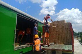 Petugas memasukkan barang ke kereta api barang di Stasiun Madiun, Kamis (21/5/2020). (Istimewa/Daops VII Madiun)