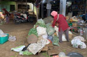 Pedagang di Pasar Jungke, Karanganyar mempersiapkan dagangan mereka belum lama ini. Penerapan era kenormalan baru di pasar tradisional terkendala untuk pembatasan jarak yang sulit dikendalikan. (Candra Mantovani/Solopos)