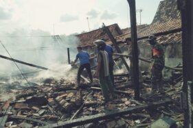 Petugas pemadam kebakaran bersama anggota TNI dan Satpol PP menyemprotkan air ke sisa kebakaran rumah di Bandungsari, Ngaringan, Grobogan, Jumat (22/5/2020). (Istimewa)