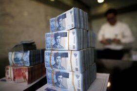 Ilustrasi uang Rupiah di Bank, Jakarta, 21 April 2016. (Reuters/Darren Whiteside)