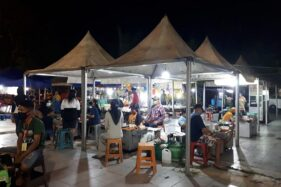 Pedagang kaki lima (PKL) di Karanganyar kembali berjualan, Minggu (24/5/2020) malam. (Espos/Sri Sumi Handayani)