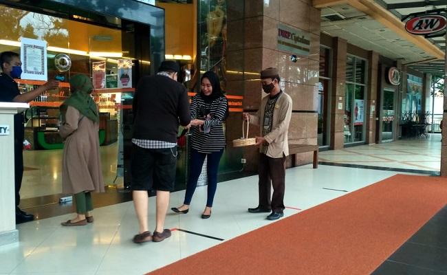 Bulan Puasa, Solo Grand Mall Bagi-Bagi Takjil ke Pengunjung
