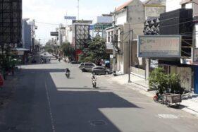 Kondisi arus lalu lintas terlihat lengang di Jl. Dr. Radjiman, Coyudan, Solo, Senin (25/5/2020). Menurunnya volume kendaraan yang melintasi kawasan bisnis di Kota Solo tersebut dampak dari tutupnya sejumlah toko saat libur Lebaran 2020. (Nicolous Irawan/Solopos)