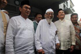 Kuasa hukum Jokowi-Maruf, Yusril Ihza Mahendra, bersama Abu Bakar Baasyir di Lembaga Pemasyarakatan (LP) Gunung Sindur, Bogor, Jumat (18/1/2019). (Antara-Yulius Satria Wijaya)