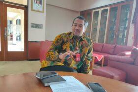 Bupati Wonogiri, Joko Sutopo, menceritakan pengalamannya dicegat warga yang ronda saat berbincang dengan wartawan di ruang kerjanya, Rabu (6/5/2020). (Rudi Hartono/Solopos)