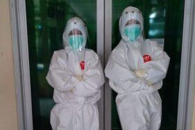 Dokter spesialis paru RSUD dr. Soediran Mangun Sumarso Wonogiri, Enny S. Sardjono (kanan), mengenakan APD lengkap saat akan menangani pasien Covid-19 di RSUD dr. Soediran Mangun Sumarso Wonogiri, belum lama ini. (Istimewa)