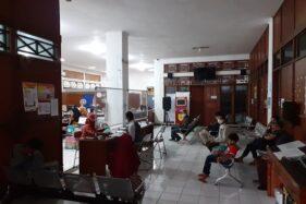 Sejumlah masyarakat tengah mengantre untuk mengurus keperluan administrasi kependudukan di Kantor Disdukcapil Sukoharjo, Rabu (27/5/2020). (Solopos/Bony Eko Wicaksono)