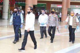 Foto Presiden Jokowi mengenakan masker hanya sampai dagu ketika meninjau mal di Bekasi (Twitter/@Wira_vie).