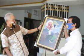 Ketemu Ganjar di Semarang, Gibran Bawa 2.000 Baju Hazmat Made In Solo