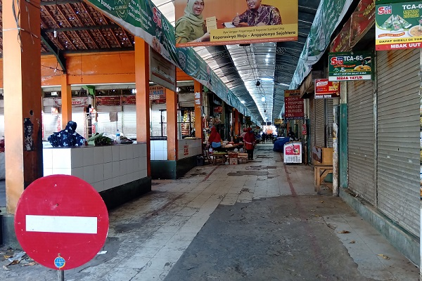 Lebaran, Puluhan Pedagang Sragen Nekat Berjualan Meski Pasar Ditutup