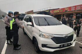 Kapolsek Tawangmangu dibantu anggota Polres Karanganyar dan Polda Jateng mengecek kendaraan dari Jatim yang masuk wilayah Jateng melalui Kecamatan Tawangmangu pada Selasa (26/5/2020). (Istimewa/Polsek Tawangmangu)
