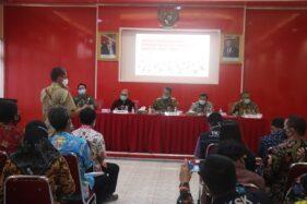 Bupati Wonogiri, Joko Sutopo (tengah) memimpin rapat koordinasi evaluasi BST di Ruang Kayangan Setda Wonogiri, Jumat (29/5/2020). (istimewa/Humas Setda Wonogiri)