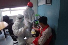 Petugas melakukan rapid test di Solo Paragon Lifestyle Mal, Solo, Sabtu (23/5/2020). (Solopos/Muhammad Ferri Setiawan)